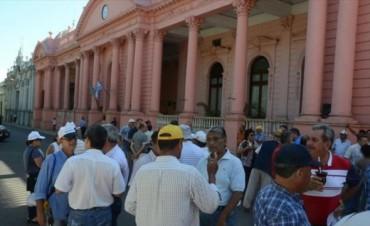 Policías retirados cortan las calles frente a Casa de Gobierno
