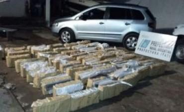 Traficantes abandonan carga de droga en un auto con pedido de secuestro