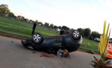 Un hombre murió tras chocar contra un poste de luz y volcar con su auto