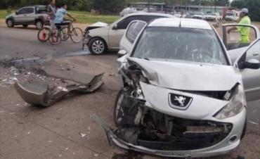 Brutal choque de automóviles en el cruce de la avenida Centenario y Ruta Nº 12