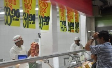 Desde los supermercados afirman que bajaron los precios de la carne