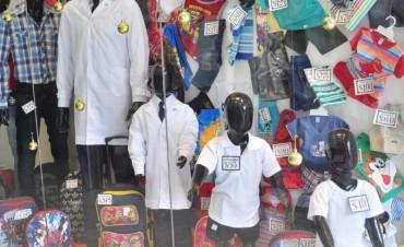 Comerciantes señalan bajas ventas en zapatos y uniformes escolares