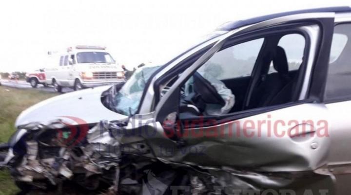 Una menor de 7 años murió tras un grave accidente entre dos autos y un camión