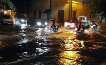 En sólo 45 minutos la lluvia anegó las calles del microcentro