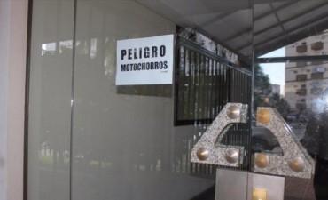 Vecinos del barrio Pompeya pusieron carteles ante el ataque de motochorros