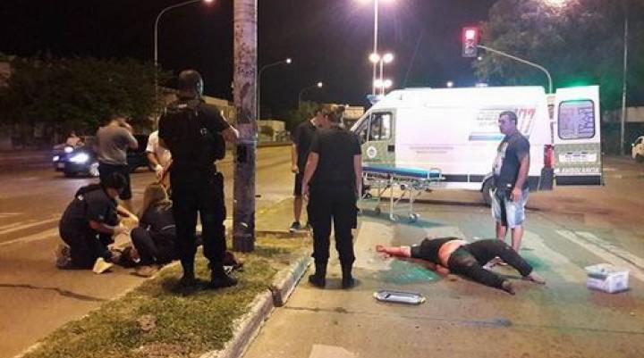 Impactante choque entre automóvil y moto dejó dos heridos de gravedad