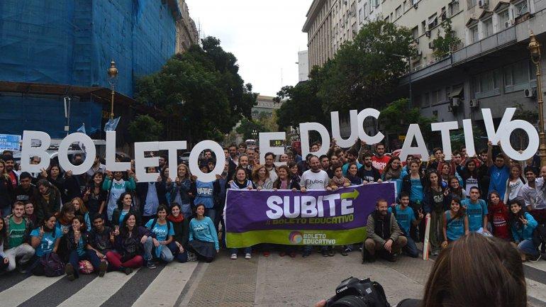 Tras la marcha universitaria, avanza una nueva propuesta salarial y el boleto estudiantil