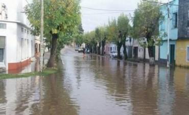 El río Santa Lucía inundó dos pueblos y expulsó a 200 familias de sus casas