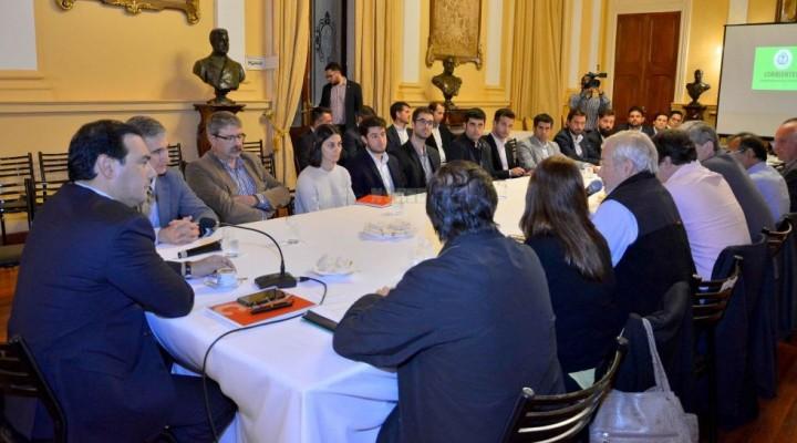 Valdés intensifica reuniones en medio de la ebullición económica