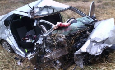 Mujer murió a causa del choque frontal entre un auto y un camión
