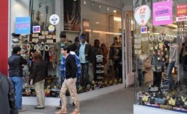 Comerciantes reconocen la crisis y están obligados a trabajar en feriado