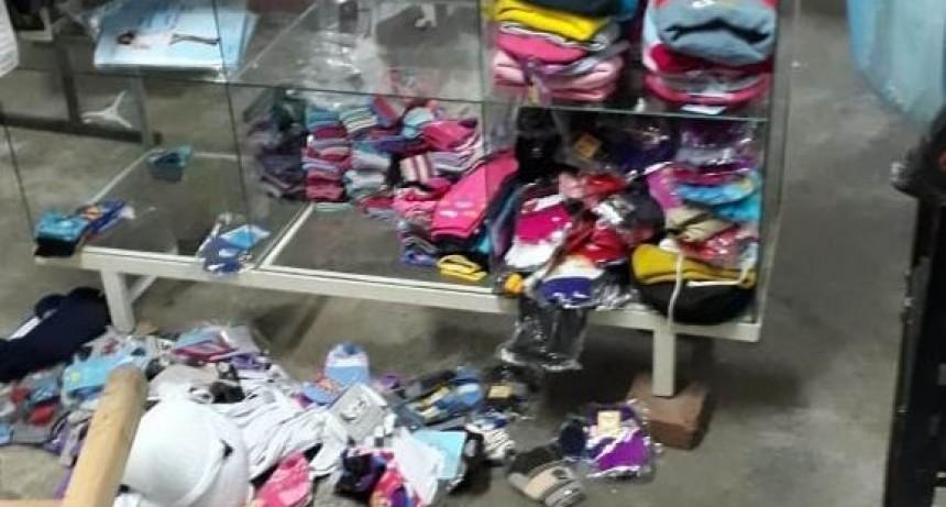 Saquearon tienda y los dueños fueron a buscar a los ladrones