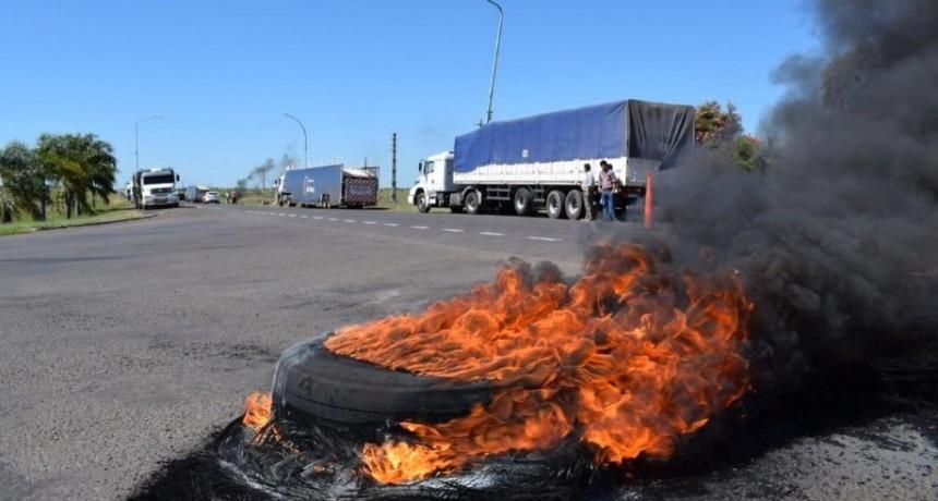 Fleteros cortan ruta en Mercedes y exigen ley que regule la actividad