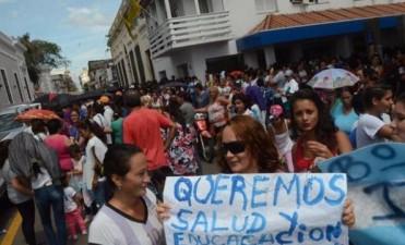 """Escapadas por la ventana y consignas varias en una manifestación que """"sitió"""" el palacio comunal"""