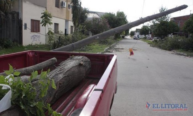 En el centro y varios barrios aún quedan vestigios de la feroz tormenta del sábado