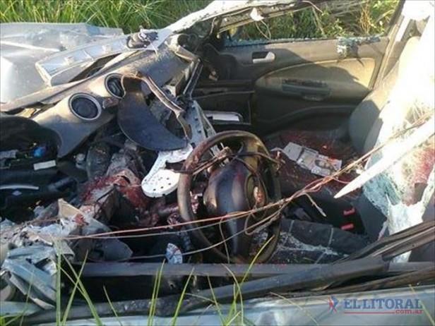 Murieron dos automovilistas tras chocar de atrás a un camión, despistar y volcar