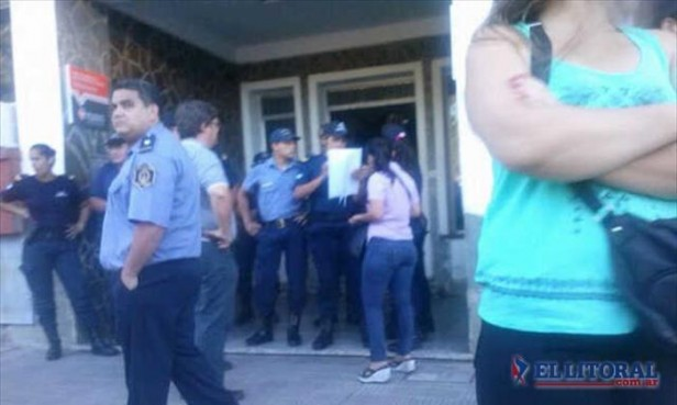 Bella Vista: la Policía impidió el ingreso de los empleados cesanteados al municipio
