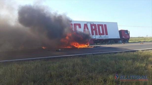 Ruta 14: el auto mordió la banquina antes de impactar de frente contra el camión