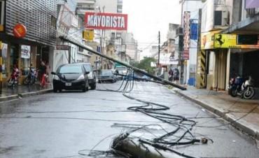 Vientos de hasta 90 km/h ocasionaron la caída de muros, postes, cables y árboles
