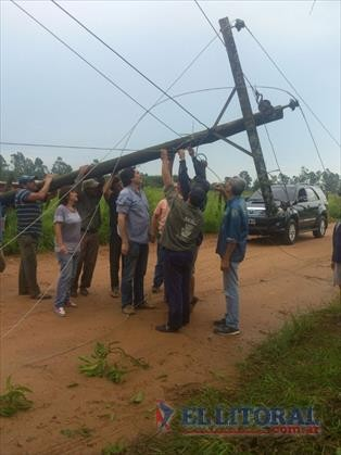 Un tornado voló techos de 50 casas, derribó árboles y afectó el suministro de luz y agua