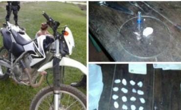 Demoraron a dos jóvenes y les descubrieron bochitas de cocaína