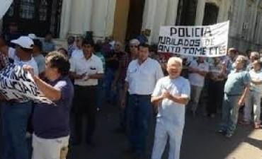 Ex policías vuelven a la plaza y esperan reunirse con Colombi