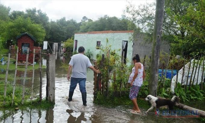 Por las precipitaciones, evacuaron tres casas en San Luis del Palmar y asistieron a habitantes de otras localidades