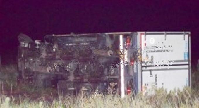Hombre murió en terrible choque frontal entre camioneta y camión