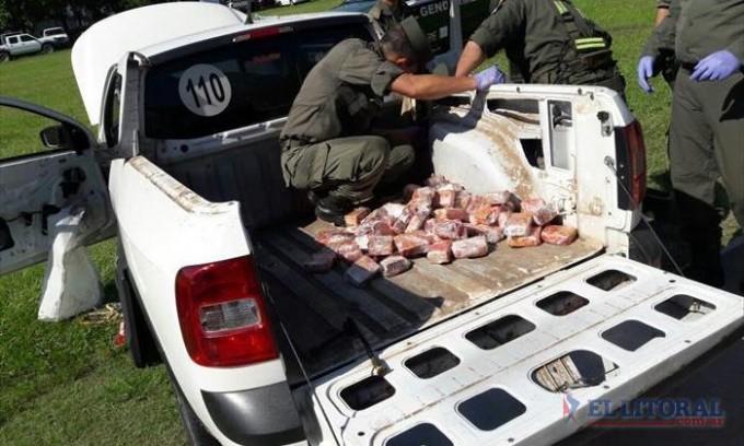 Descubren más de 80 kilos de marihuana oculta en paneles y puerta de un vehículo