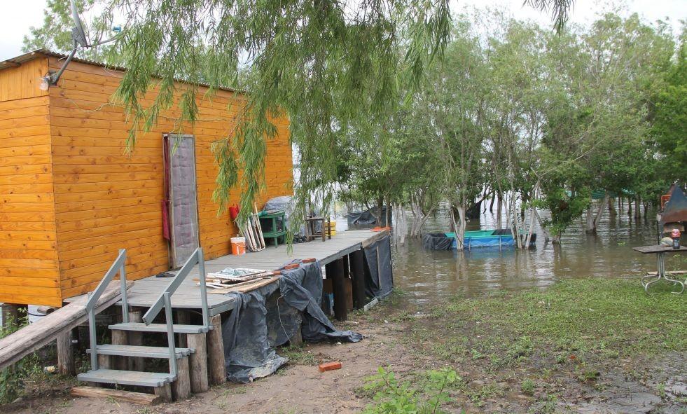 El río amenaza a la ribera correntina y en algunos barrios hay agua en las casas