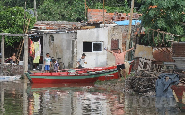 El río Paraná superó el nivel de alerta y el agua avanza sobre las casas ribereñas.
