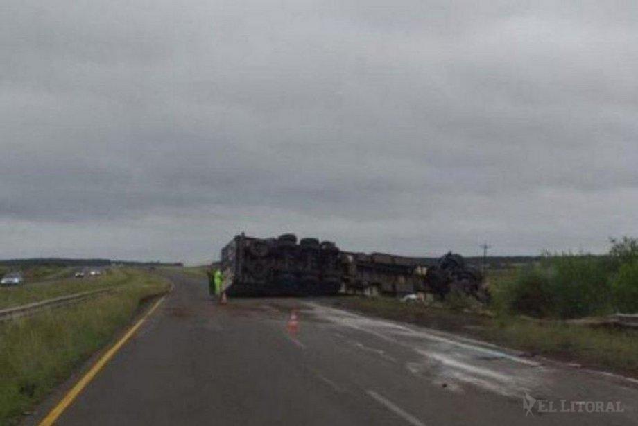 Volcó un camión en la ruta 14 y el chofer tuvo un traumatismo leve