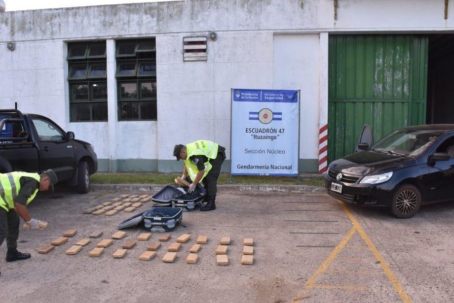 Detuvieron al chofer de un vehículo con casi 40 kilos de marihuana en dos valijas