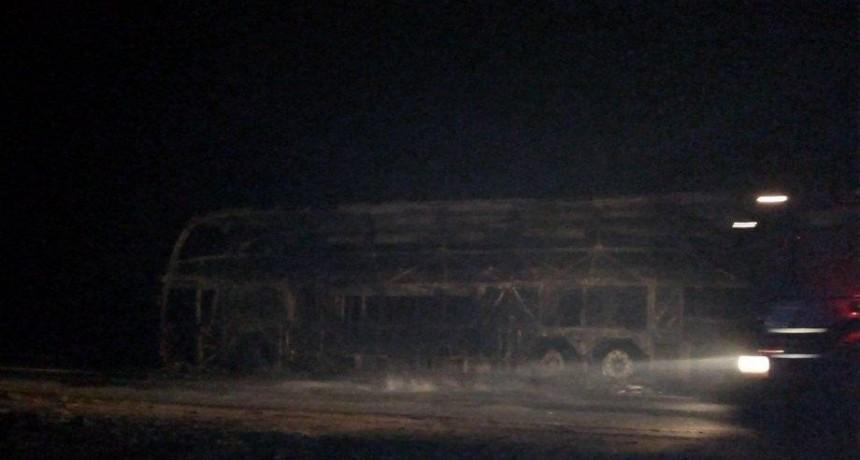 Se incendió un colectivo de larga distancia que llevaba 30 pasajeros: no hubo heridos