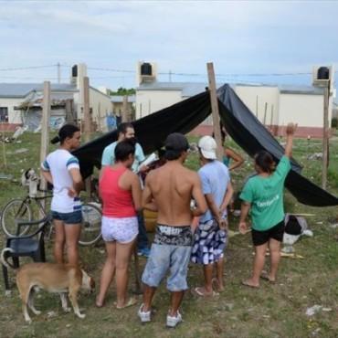 Los nuevos okupas se afianzan mientras esperan por los propietarios de la tierra