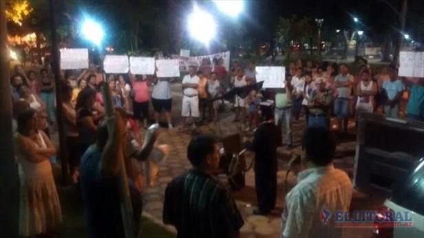 En la misma plaza, Otazo recibió apoyo como intendente y ediles pidieron su desalojo