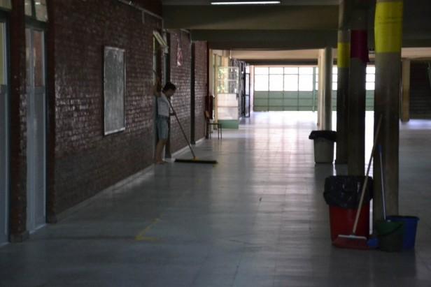 Filtraciones y grietas, deficiencias repetidas en varias escuelas capitalinas