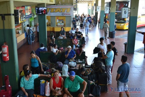 Con servicios de refuerzo, cientos de micros pasaron ayer por la terminal