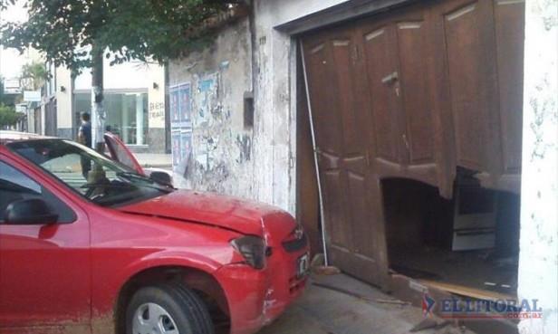 España y Bolívar: perdió el control de su auto y chocó un garage