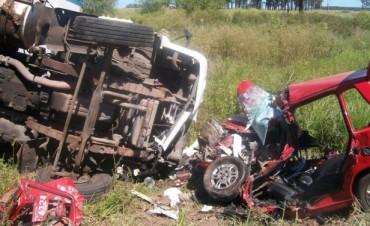 Mujer murió en el choque frontal entre un automóvil y un camión