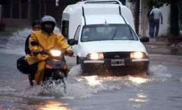 El agua afectó a 35 barrios y asistieron a unas 150 familias