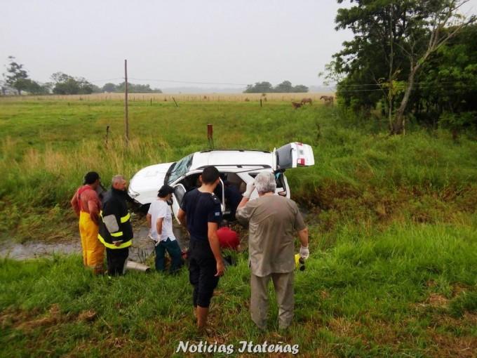 Camioneta despistó y volcó por Ruta 12 en el departamento de Itatí