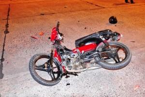 Joven con fractura de pierna por choque entre una moto y un auto