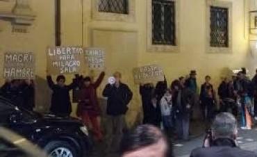 Roma: Autoconvocados protestaron contra Macri frente al hotel