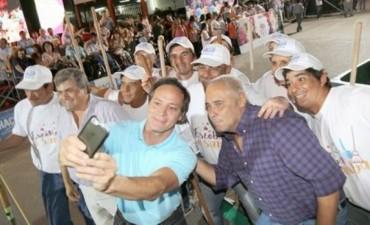 Camau y Fabián Ríos, juntos en los carnavales barriales, para Ricardo que lo mira por TV