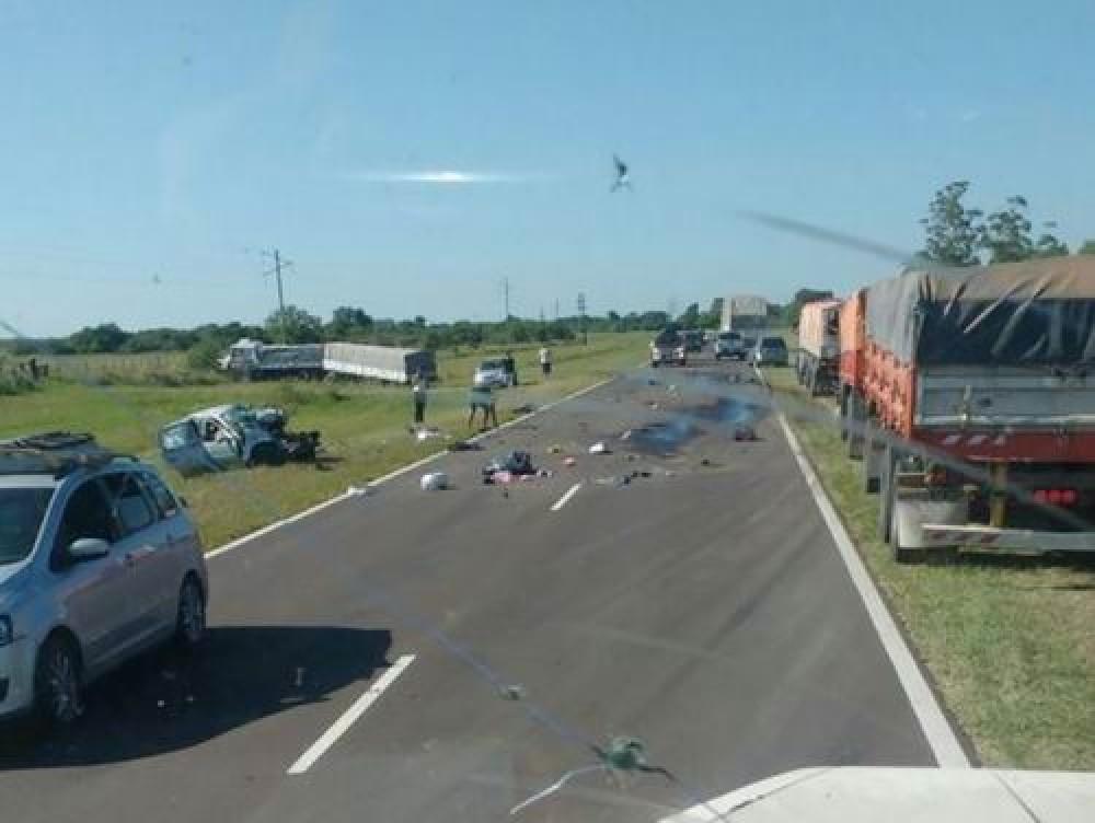 Siniestro vial entre auto y camión dejó 3 muertos.