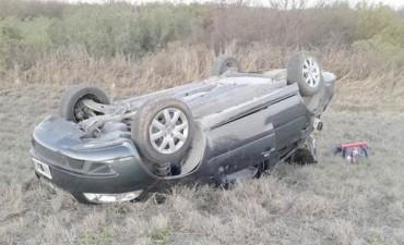 Un hombre falleció tras despistar y volcar en su automóvil.