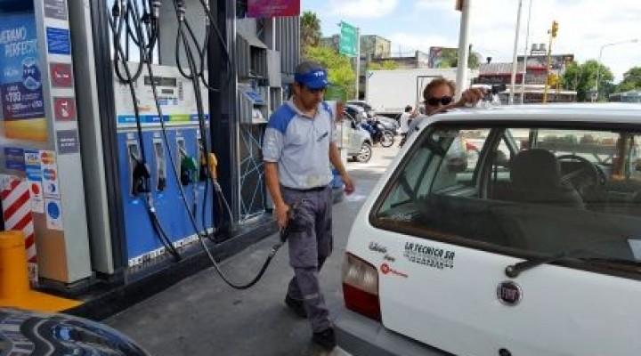 El litro de nafta ya llegó a los 32 pesos y trepó hasta 10% en el año