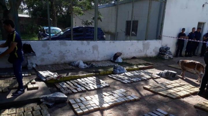 Ramada Paso: auto abandonado con casi 500 kilos de marihuana
