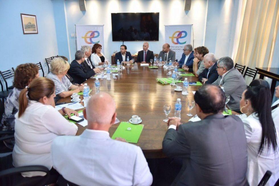 Reunión de negocios entre embajadores y funcionarios